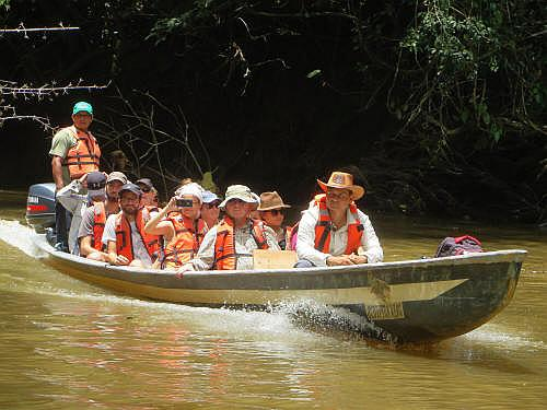 CARACTARÍSTICAS DE LA REGIÓN AMAZÓNICA: Visitors on their way to the Cuyabeno Lodge.